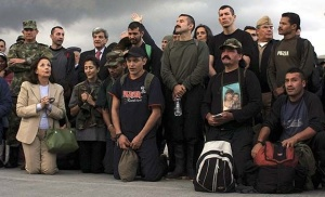 "Ingrid Betancourt and most of the hostages praying the ""Our Father"" right after the rescue (Cambio photograph)"